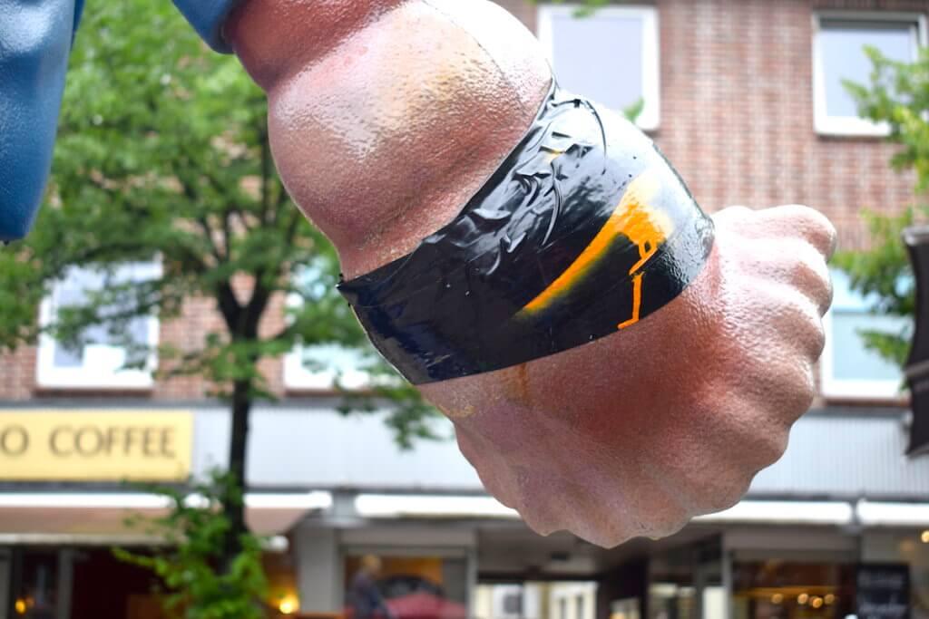 Verletzt? Die Hand des Muschelläufers – Foto: Nicole Stroschein