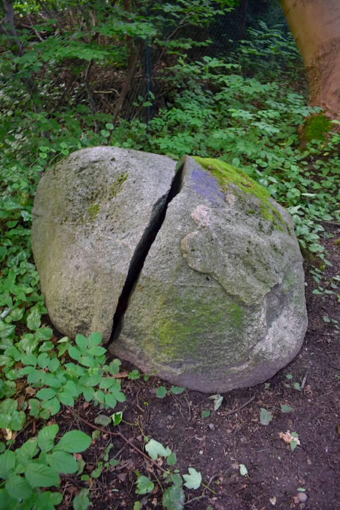 Zerbrochener Stein am Auewanderweg – Foto: Nicole Stroschein