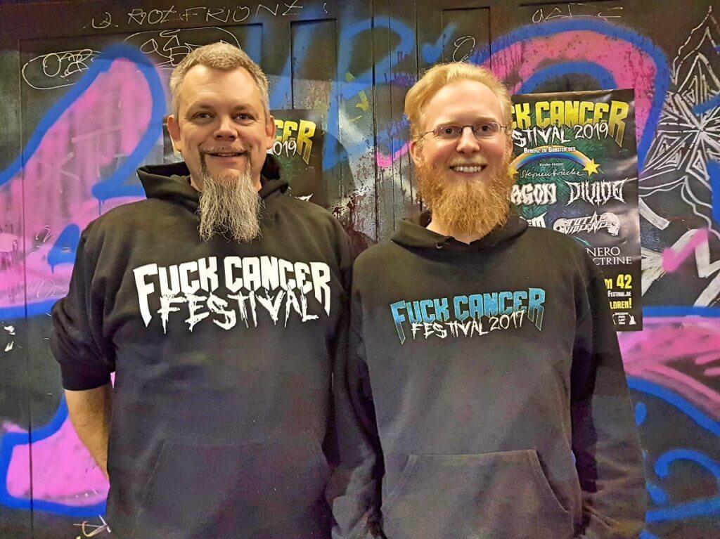 Nico (l.) und Hannes organisieren das Fuck Cancer Festival – Foto: Nicole Stroschein