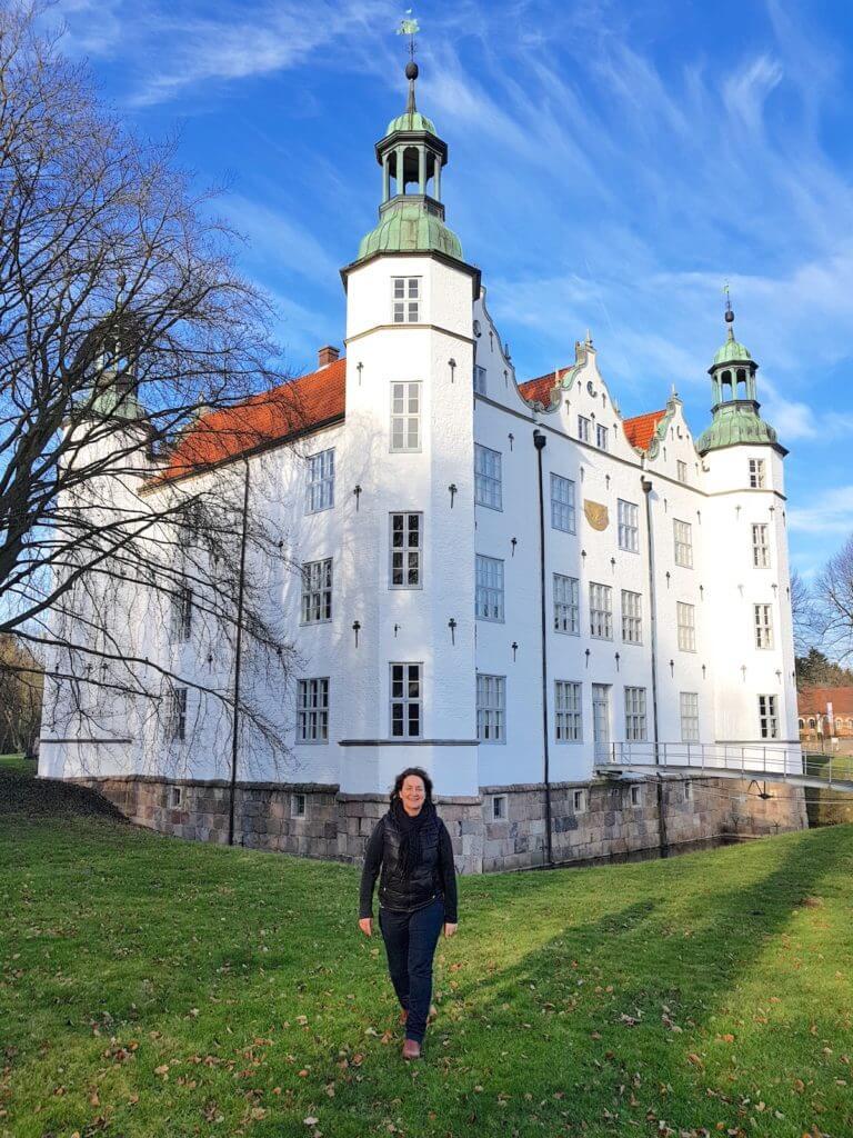 Nicole vom Ahrensburg Blog vor dem Ahrensburger Schloss – Foto: Jan Bockholt