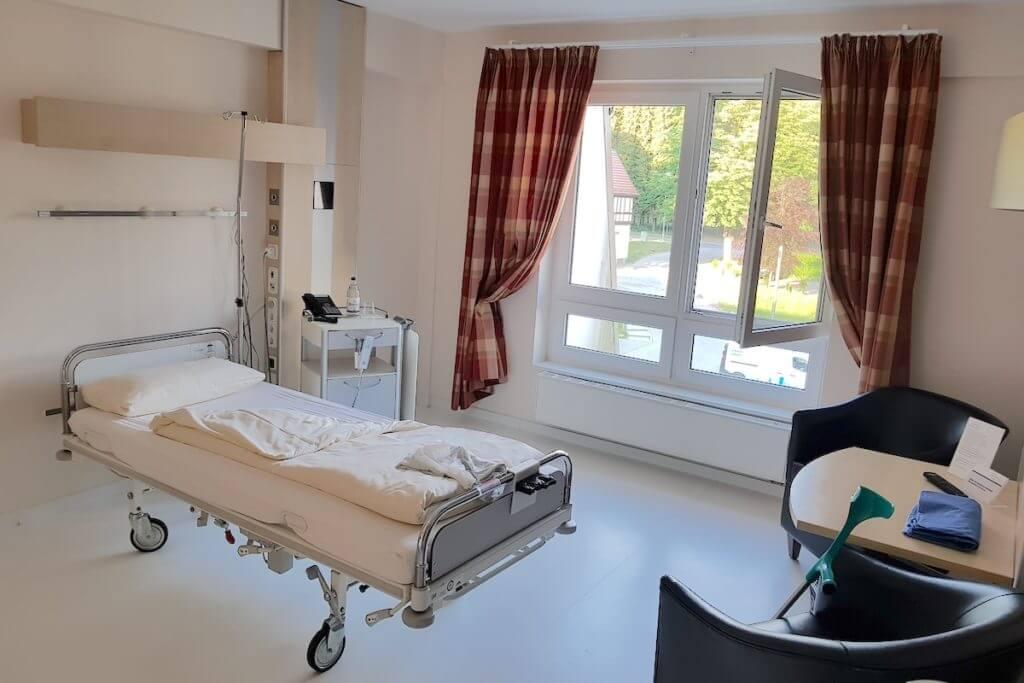 Ein Zimmer in der Park-Klinik Manhagen – Foto: Nicole Stroschein