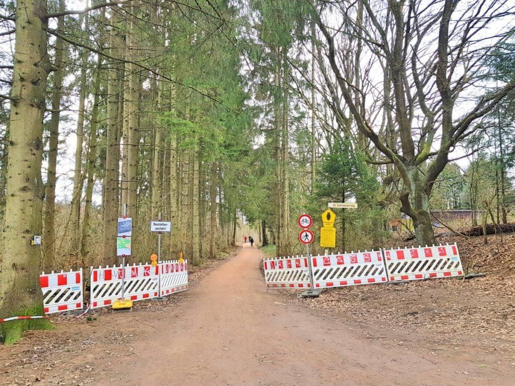 Die Absperrung zur Brücke durch das Moor in Ahrensburg – Foto: Nicole Stroschein
