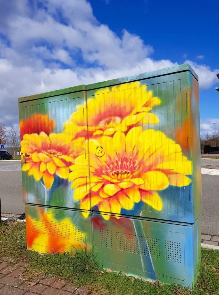 Die Sprüherei, Blume, Stromkasten – Foto: Nicole Stroschein