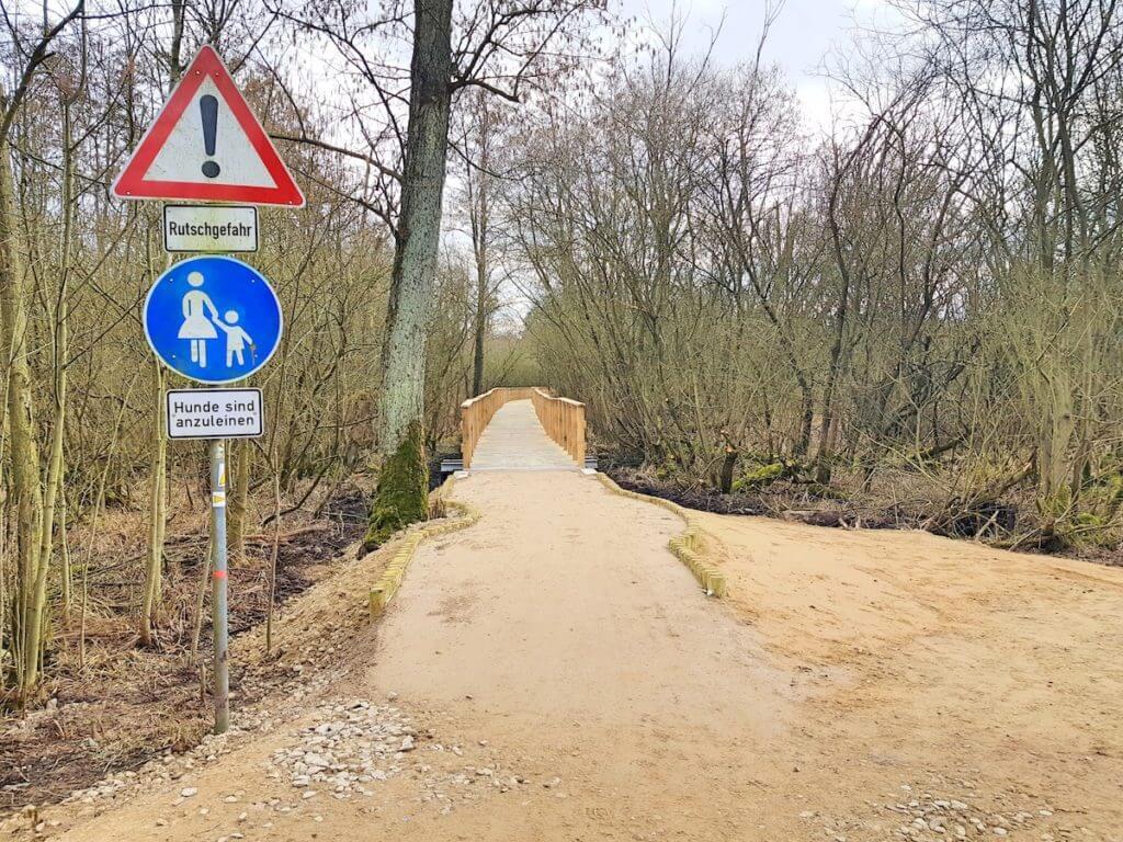 """Moorwanderweg Ahrensburg. Der Beginn der Brücke auf """"Stadt""""-Seite – Foto: Nicole Stroschein"""
