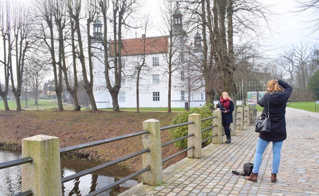 Förde Fräulein Lene mit Fotografin Kathrin am Schloss – Foto: Nicole Stroschein