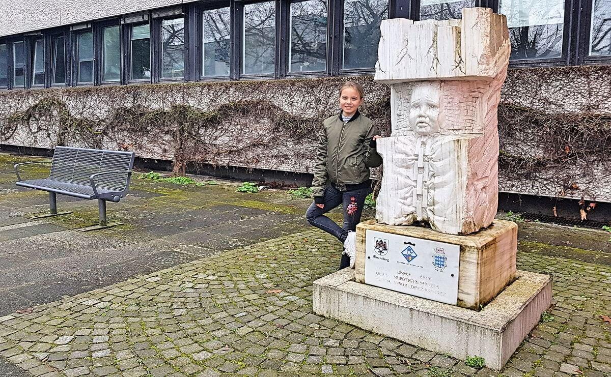 Lena (11) und die Statue vor dem Rathaus