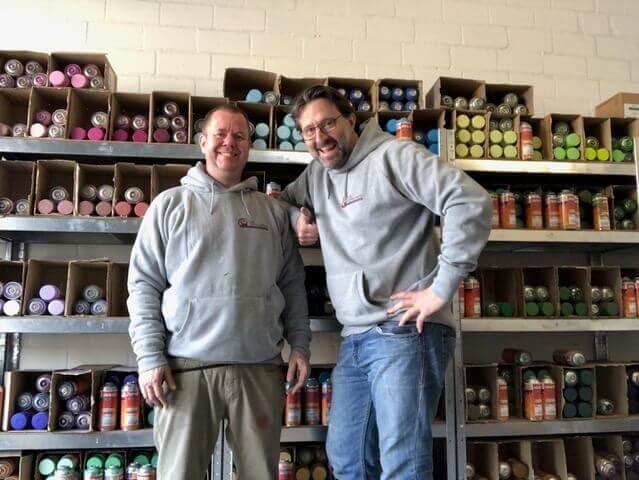 Sven (l.) und Heiko in ihrer Werkstatt in Reinbek. Hier bieten sie auch Workshops an – Foto: Die Sprüherei