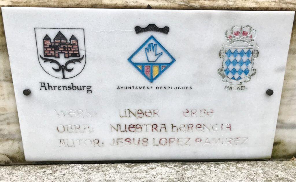 """Leicht verblichen: Die Inschrift auf der Statue """"Unser Erbe"""" – Foto: Lena"""