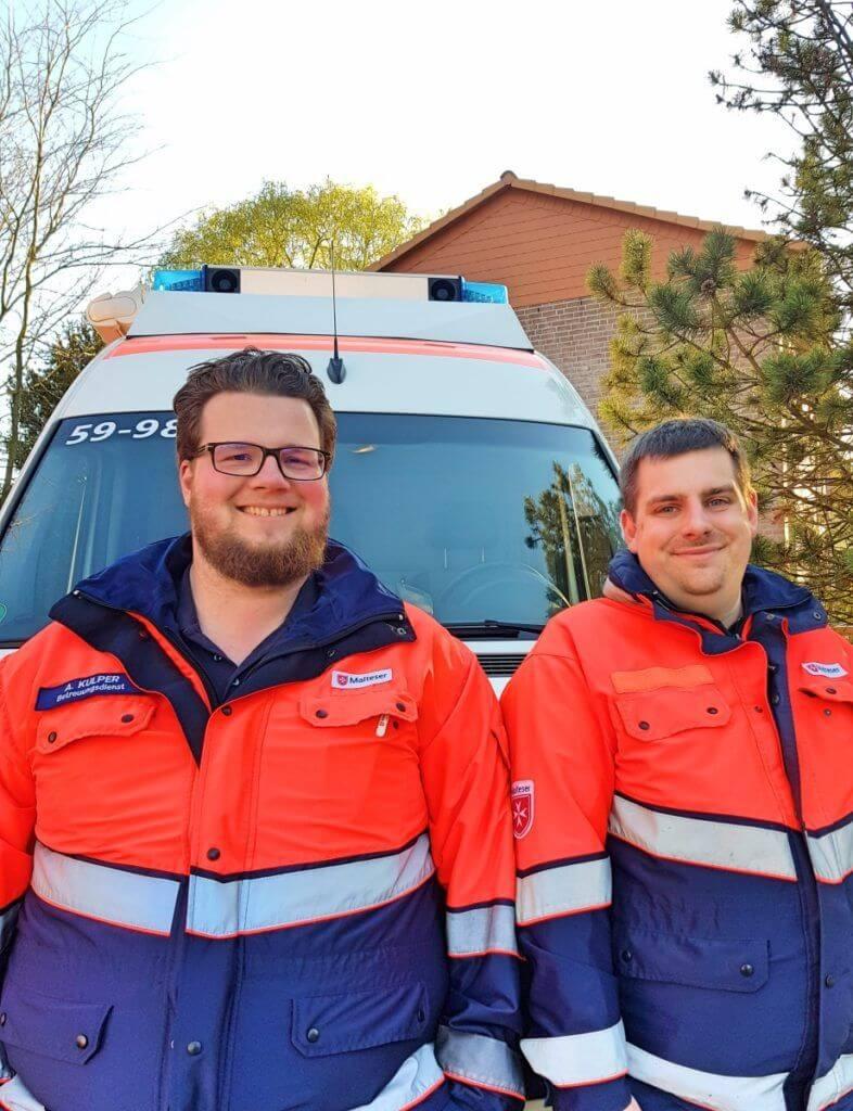 Alexander (l.) und Johannes vor ihrem Einsatz-Fahrzeug – Foto: Nicole Stroschein