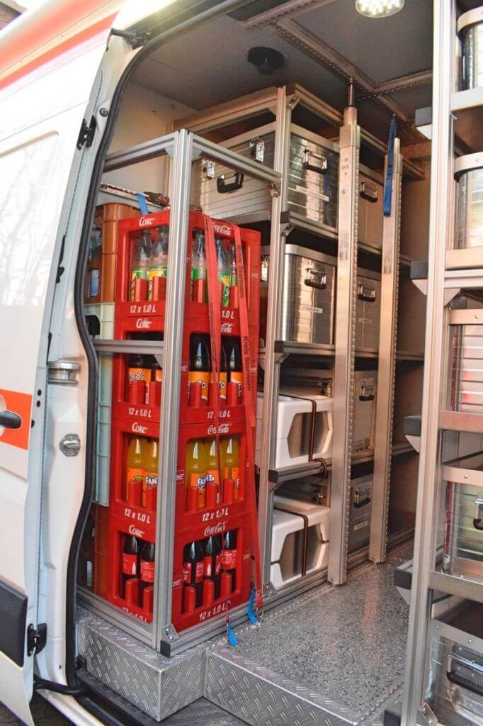 Der Transporter des Malteser Betreuungsdienstes von Innen. Getränkekisten und weitere Dinge für die Erstversorgung sind ordentlich zusammengepackt –Foto: Nicole Stroschein
