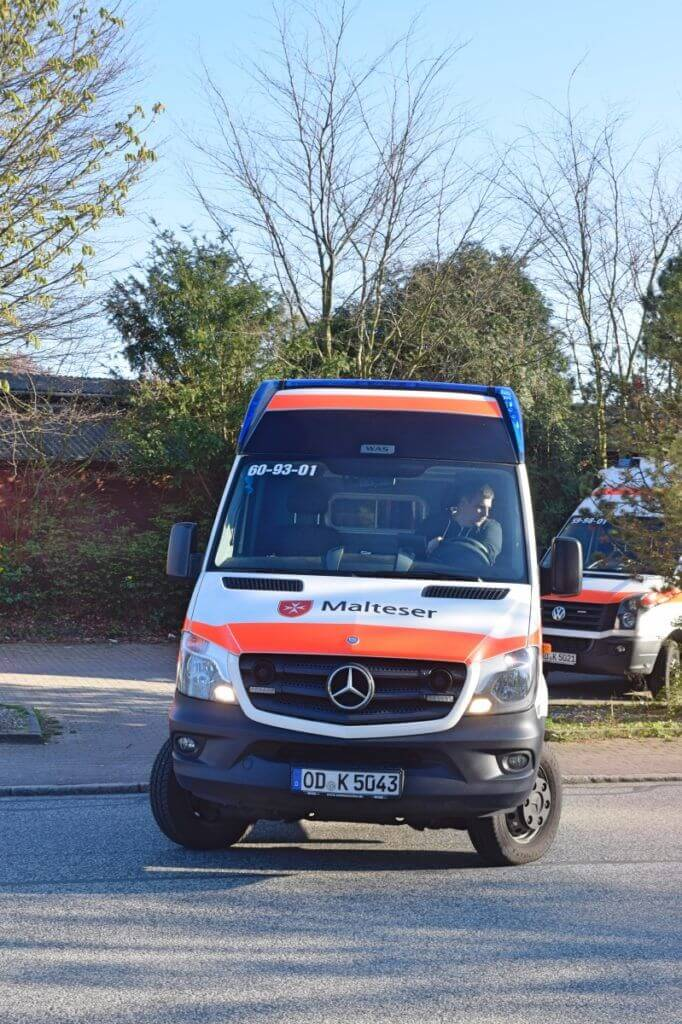 Johannes parkt einen Rettungswagen – Foto: Nicole Stroschein