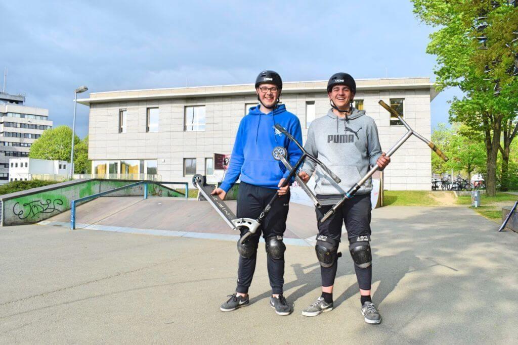Marc (l.) und Benny mit ihren Scooter-Rollern – Foto: Nicole Stroschein
