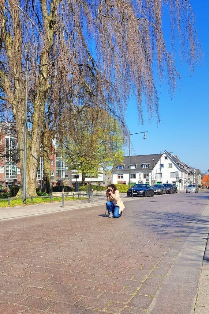 Regina macht ein Foto von der großen Straße –Foto: Nicole Stroschein