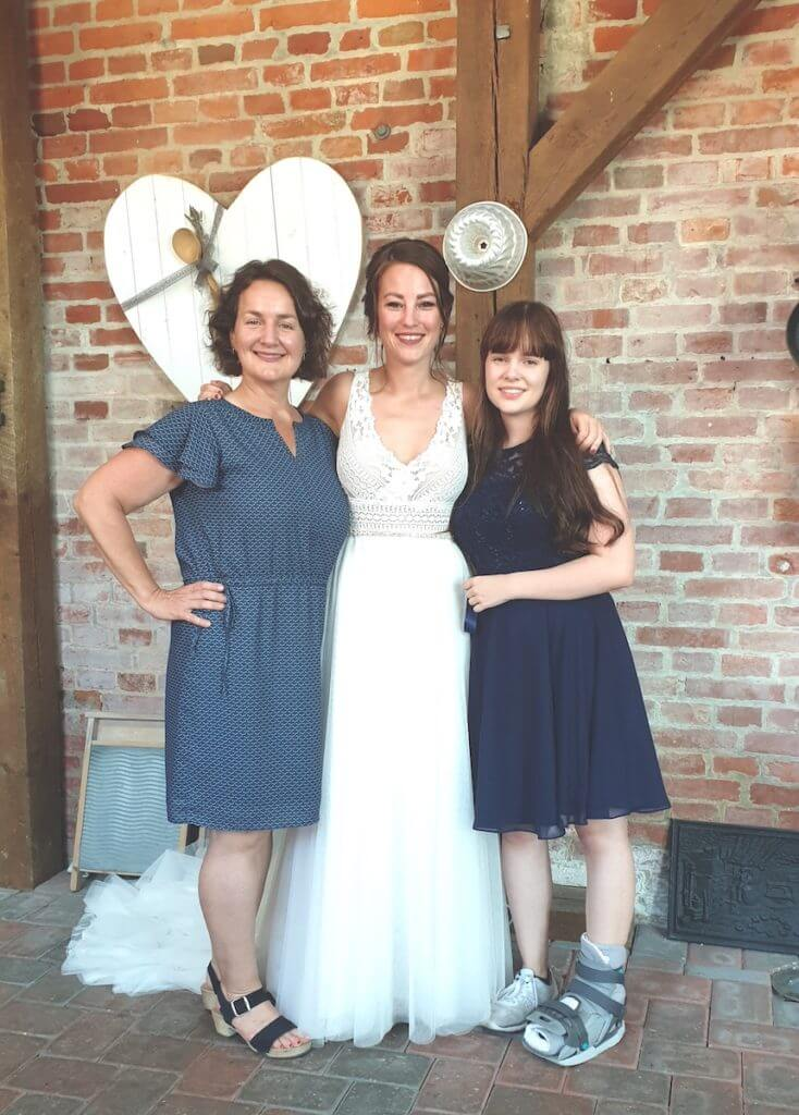 Hochzeit in der Gutshofscheune, Nicole vom Ahrensburg Blog mit der wundervollen Braut – Foto: Madeleine Krüger