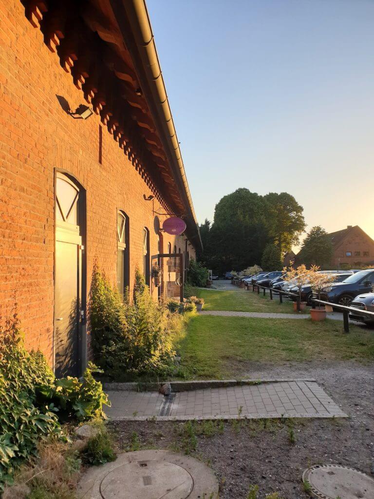 Das Café in der Gutshofscheune – Foto: Nicole Stroschein
