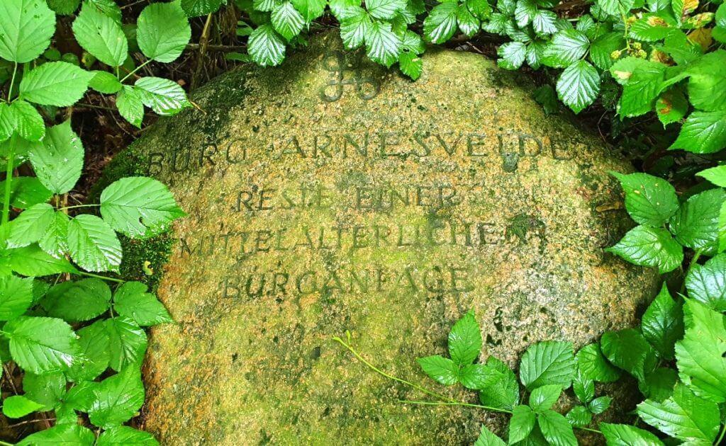 Burg Arnesvelde, Inschrift – Foto: Nicole Stroschein