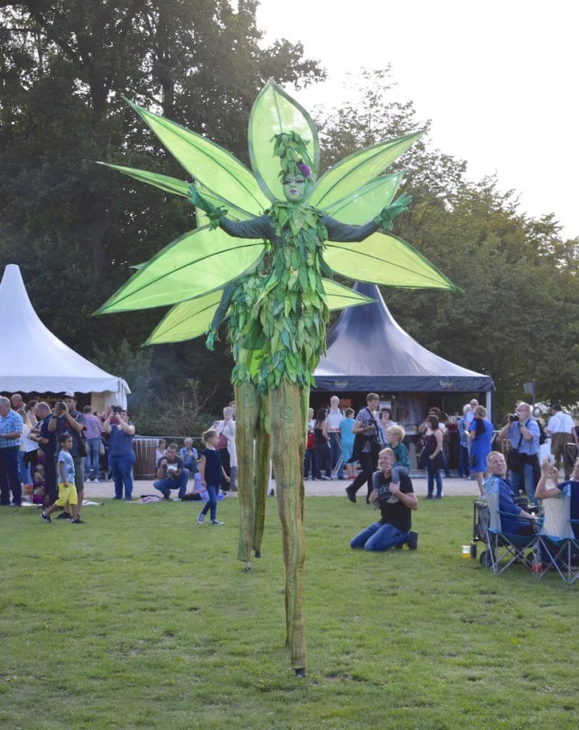 Bezaubernder walking Act beim Fest im Schlosspark Ludwigslust – Foto: Nicole Stroschein