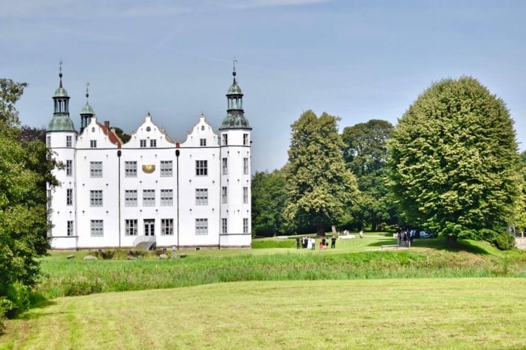 Eine Hochzeitsgesellschaft im Schlosspark – Foto: Nicole Stroschein