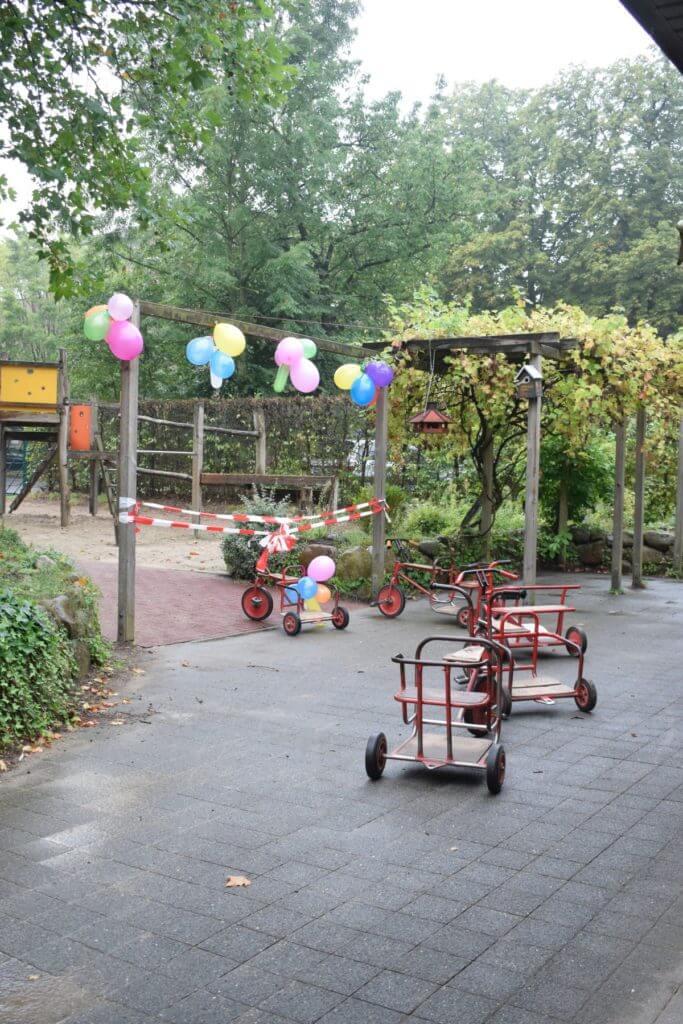 Die Dreiräder stehen bereit für die Eröffnungsfahrt – Foto: Nicole Stroschein