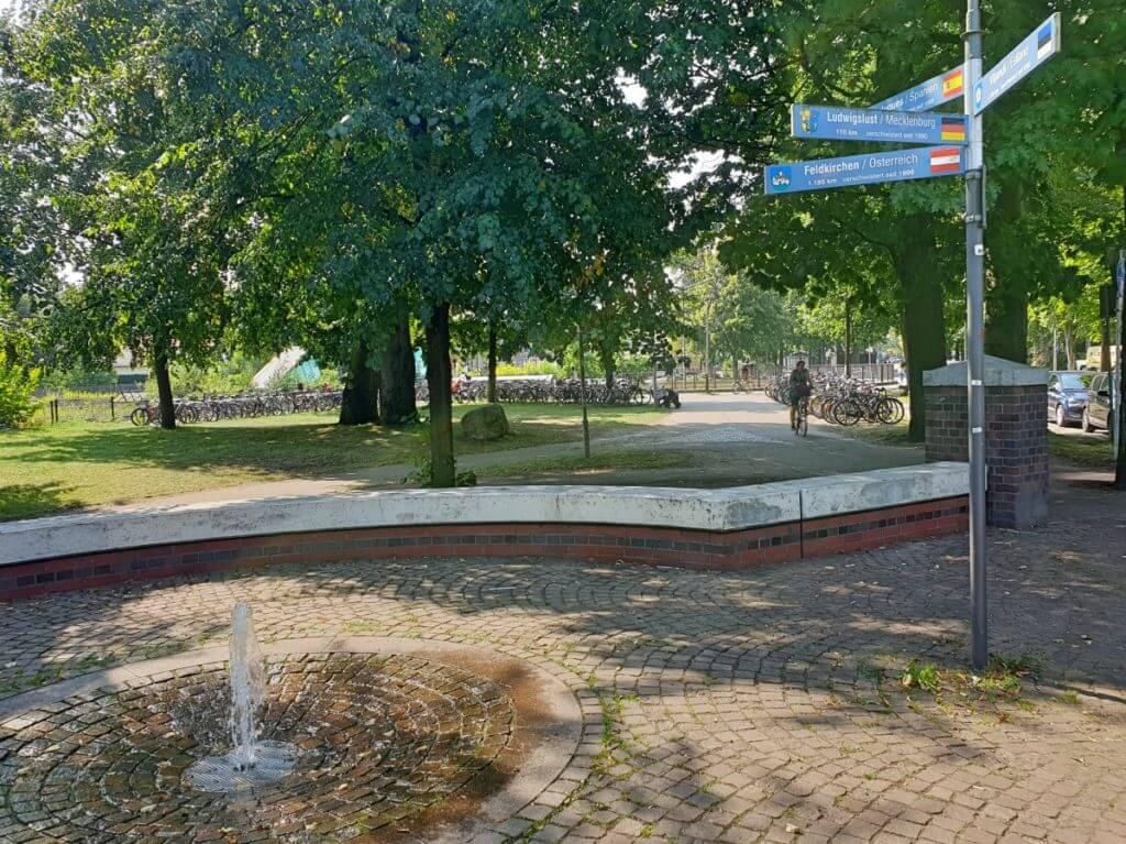 Wegweiser nach Ludwigslust in Ahrensburg – Foto: Nicole Stroschein