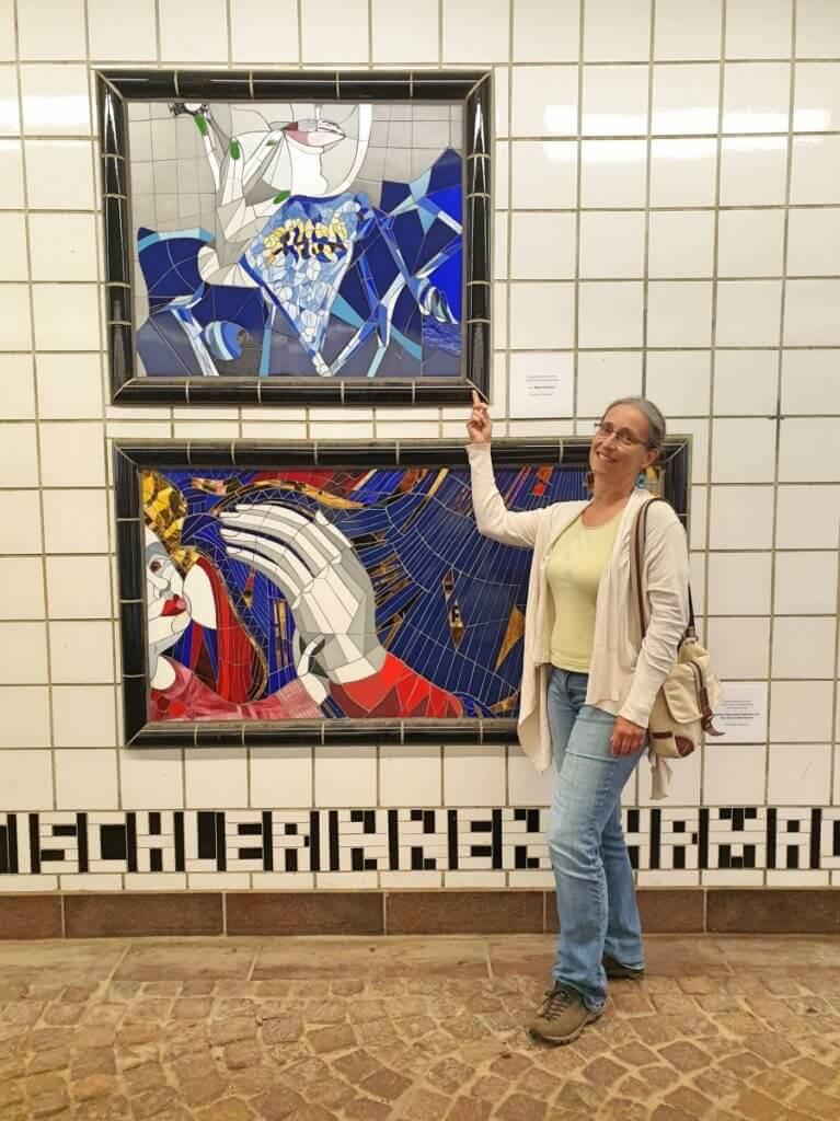 Birgit Hoffmann vor ihrem Mosaik -Foto: Nicole Stroschein