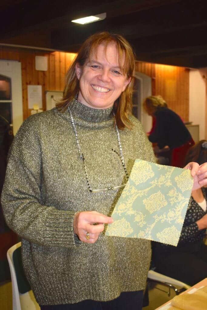 Anke vom Bienenlehrgarten präsentiert ihr Tuch –Foto: Nicole Stroschein