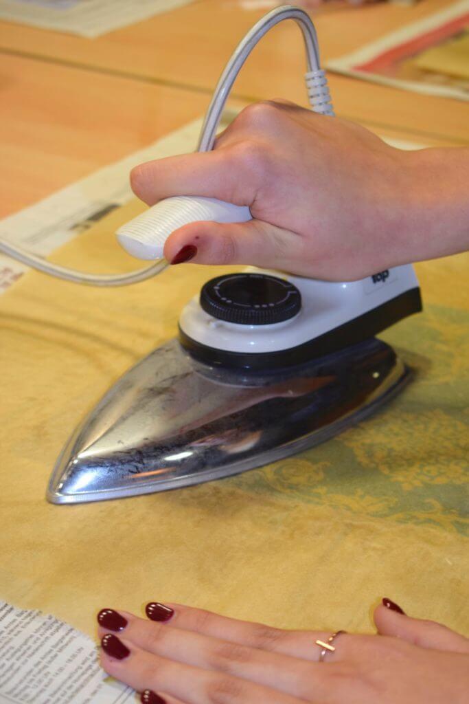 Das Wachs wird durch ein Bügeleisen erhitzt und verteilt sich so auf dem Tuch –Foto: Nicole Stroschein