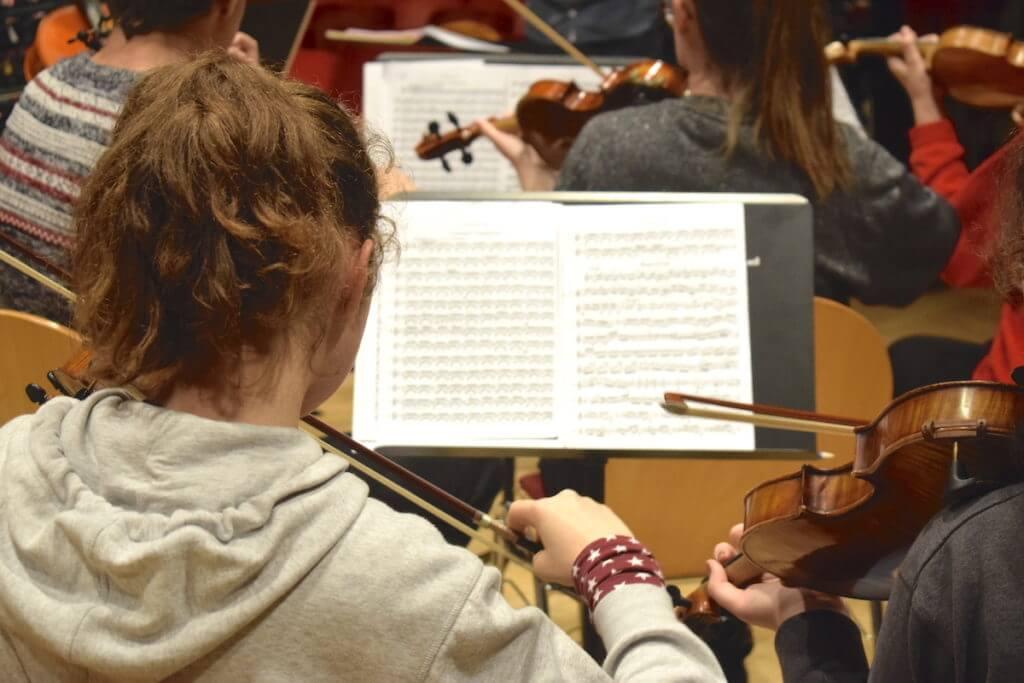Höchste Konzentration bei der Probe des Jugend-Sinfonieorchesters – Foto: Nicole Stroschein