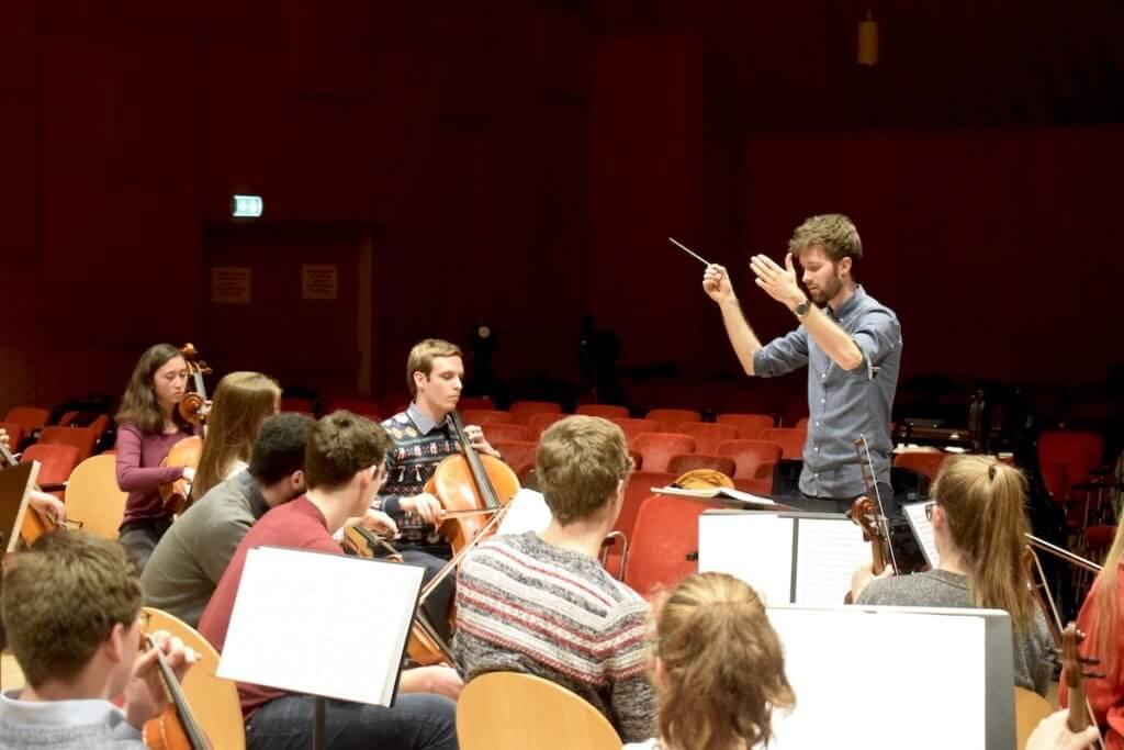 Sönke Grohmann ist seit 2018 Dirigent des Orchesterst – Foto: Nicole Stroschein