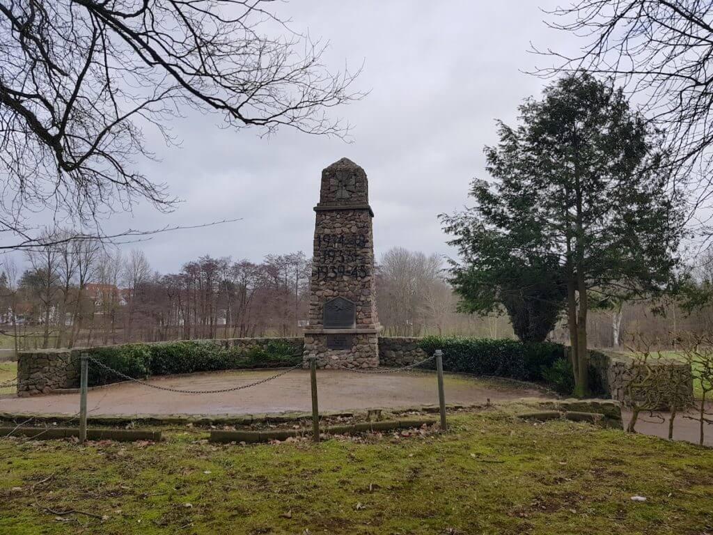 Das Kriegerdenkmal in Ahrensburg erinnert an die Opfer der beiden Weltkriege und des Nationalsozialismus –Foto: Nicole Stroschein