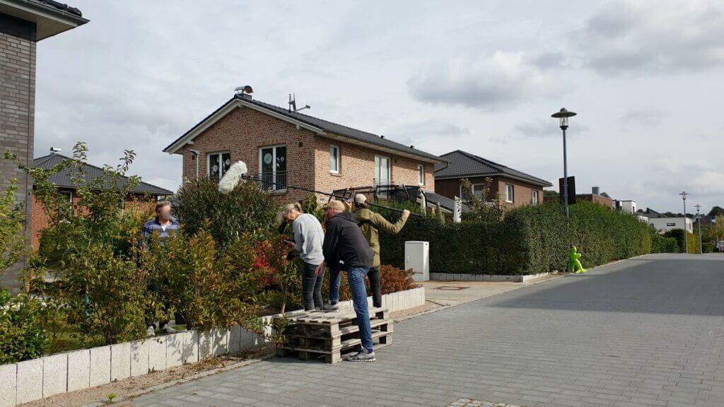 Interview über den Gartenzaun –Ahrensburg, Erlenhof – Foto: Nicole Schmidt