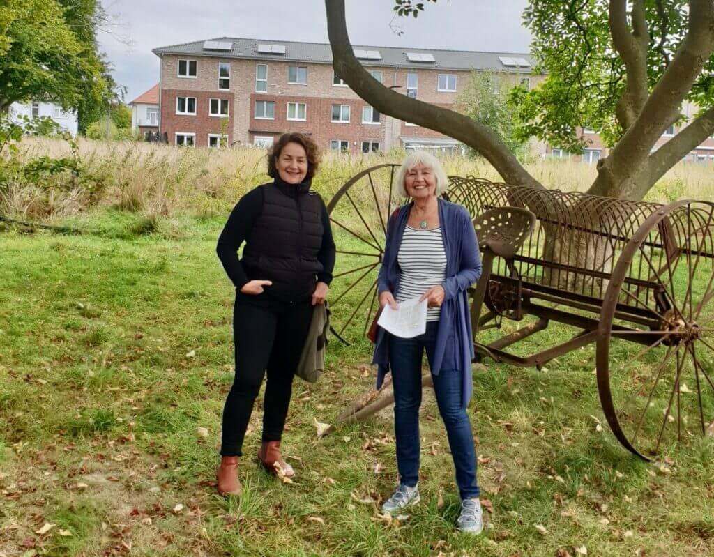 Karin Voß, zweite Vorsitzende des historischen Arbeitskreises Ahrensburg, erzählt mir von vergangenen Zeiten am Erlenhof – Foto: Rainer Jarck