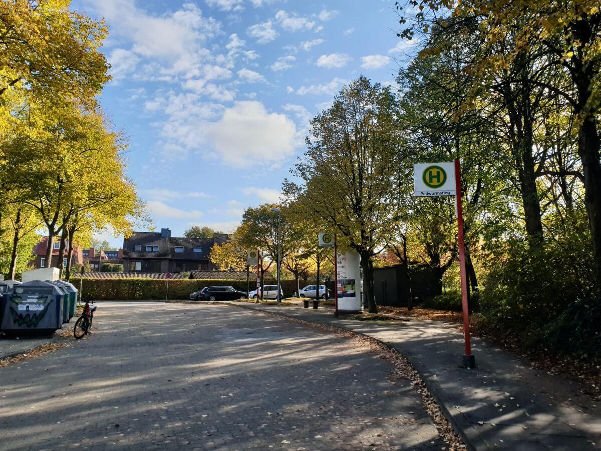 Bushaltestelle, Die Einfahrt in das Wohngebiet – Foto: Nicole Schmidt