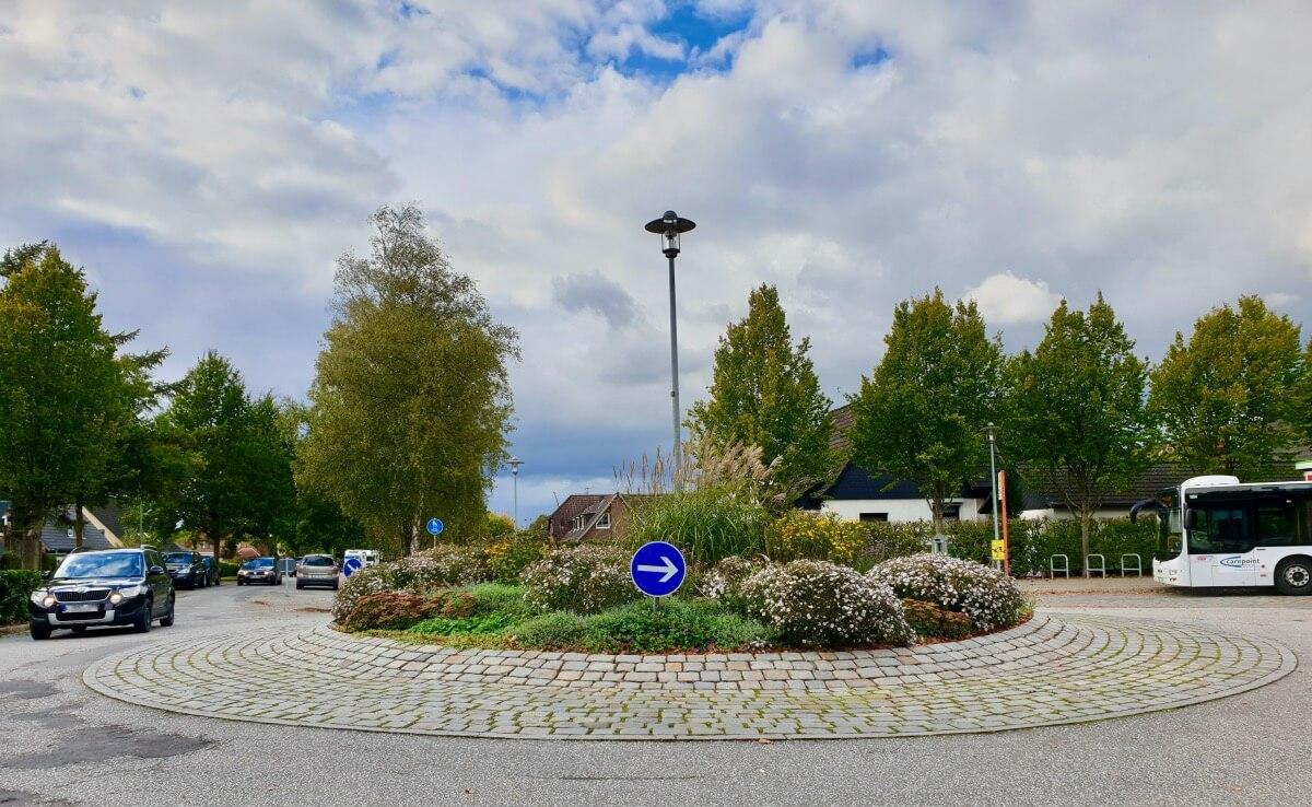 Der Kreisverkehr Dänenweg / Brauner Hirsch in Ahrensburg – Foto: Nicole Schmidt