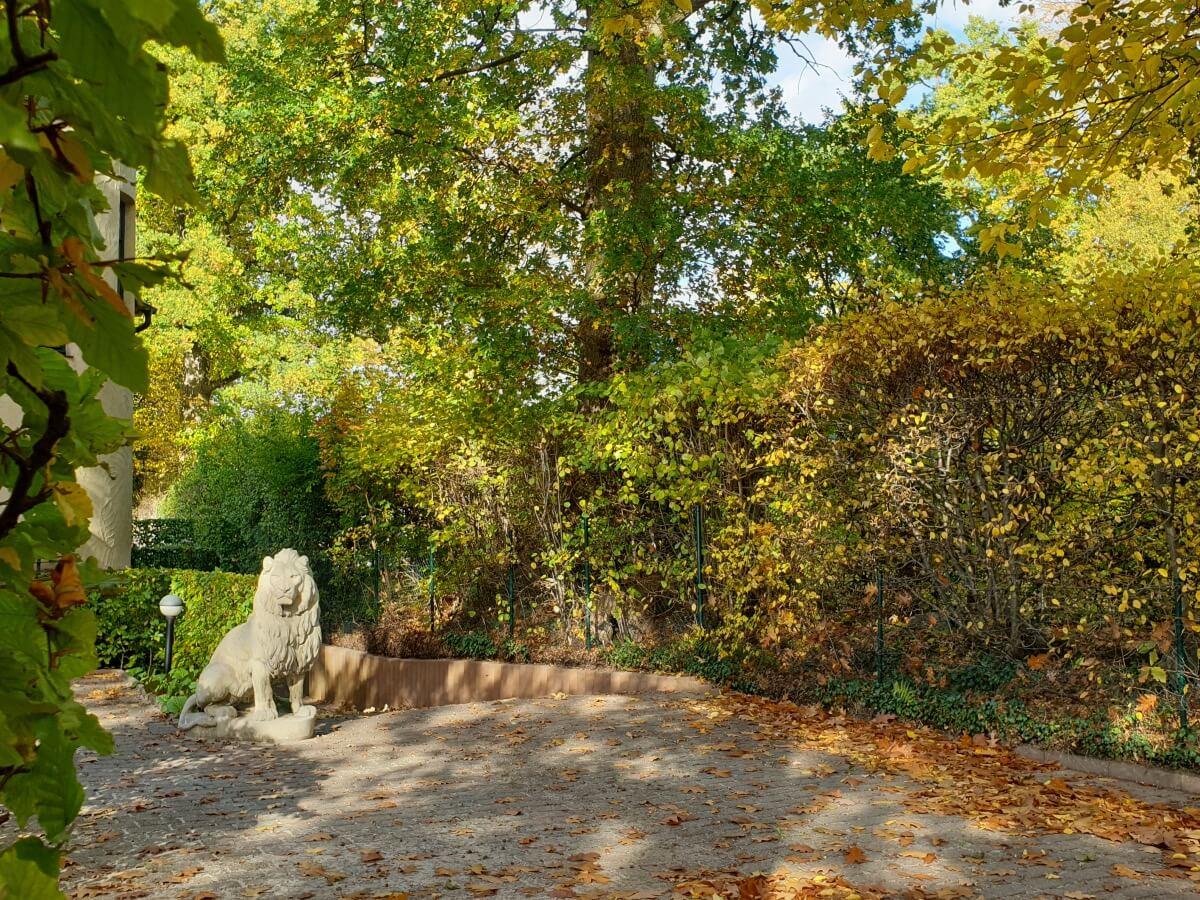 Löwen-Skulptur im Villenviertel Ahrensburg