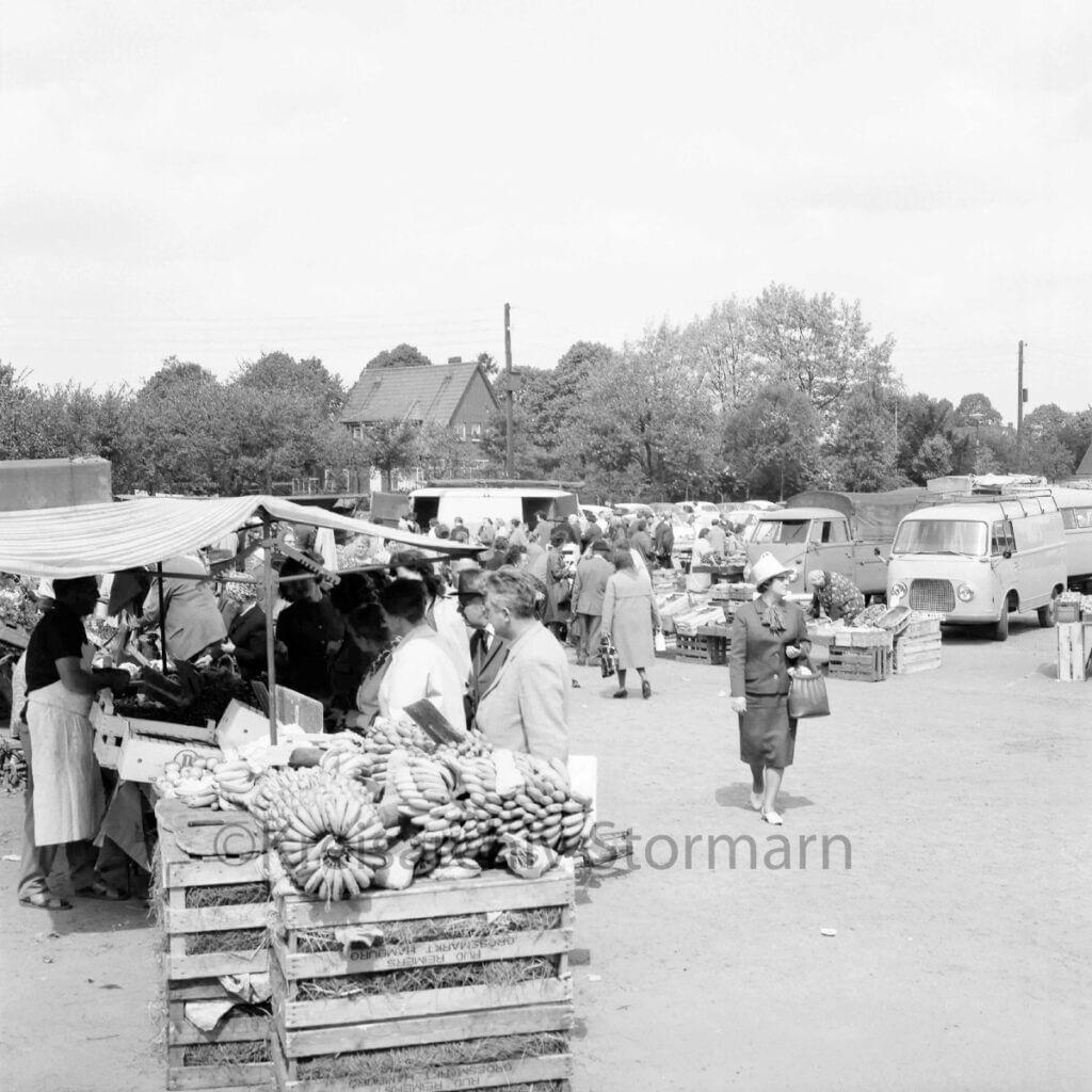 Wochenmarkt in Ahrensburg im Jahr 1965 –Foto: Kreisarchiv Stormarn / Raimund Marfels