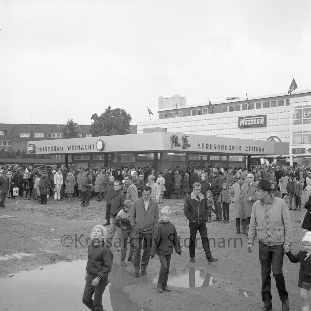 Rathausplatz Ahrensburg 1969 –Foto: Kreisarchiv Stormarn / Raimund Marfels