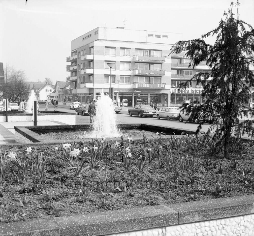 Springbrunnen am Rathausplatz Ahrensburg 1980 –Foto: Kreisarchiv Stormarn / Raimund MarfelsFoto: Kreisarchiv Stormarn / Raimund Marfels