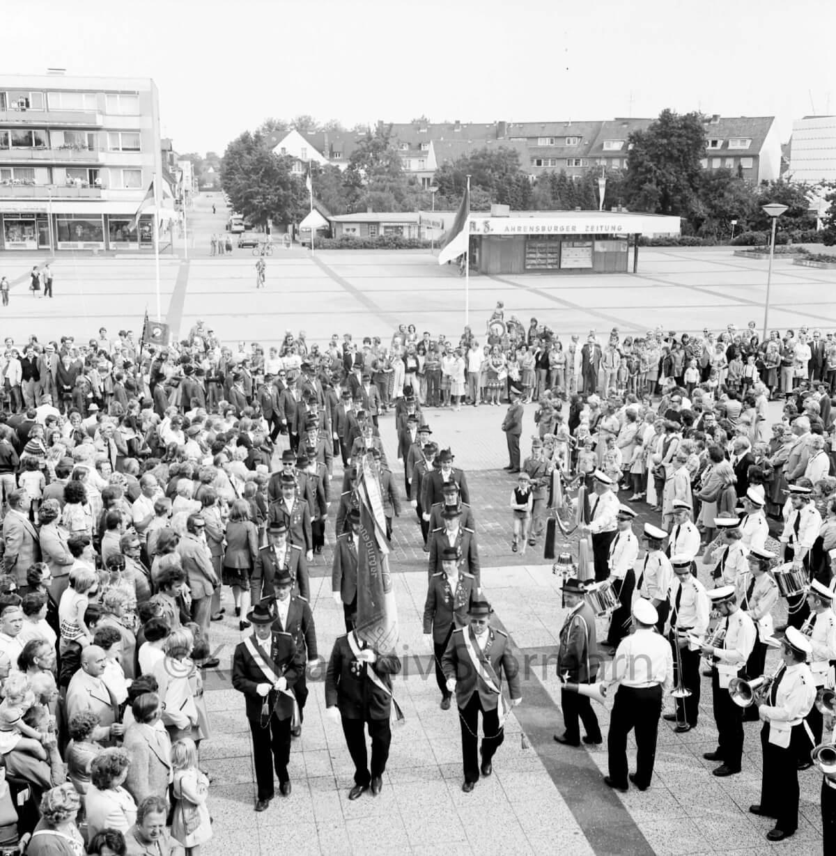 Schützenfest auf dem Ahrensburger Rathausplatz 1975 –Foto: Kreisarchiv Stormarn / Raimund Marfels