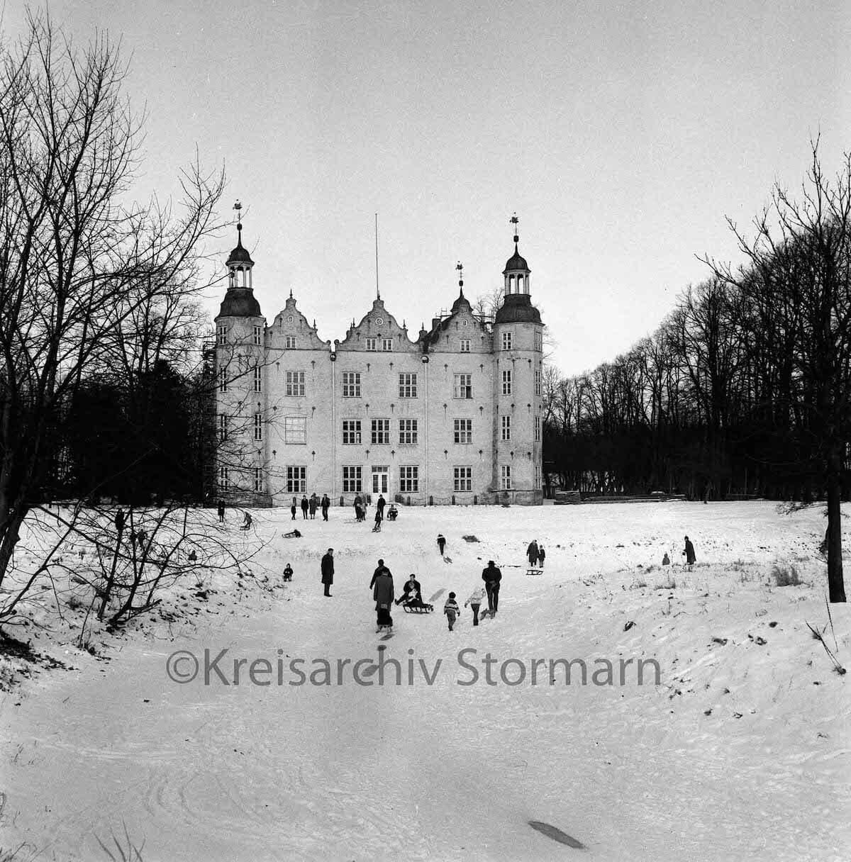 Schloss Ahrensburg im Schnee 1963 –Foto: Raimund Marfels / Kreisarchiv Stormarn