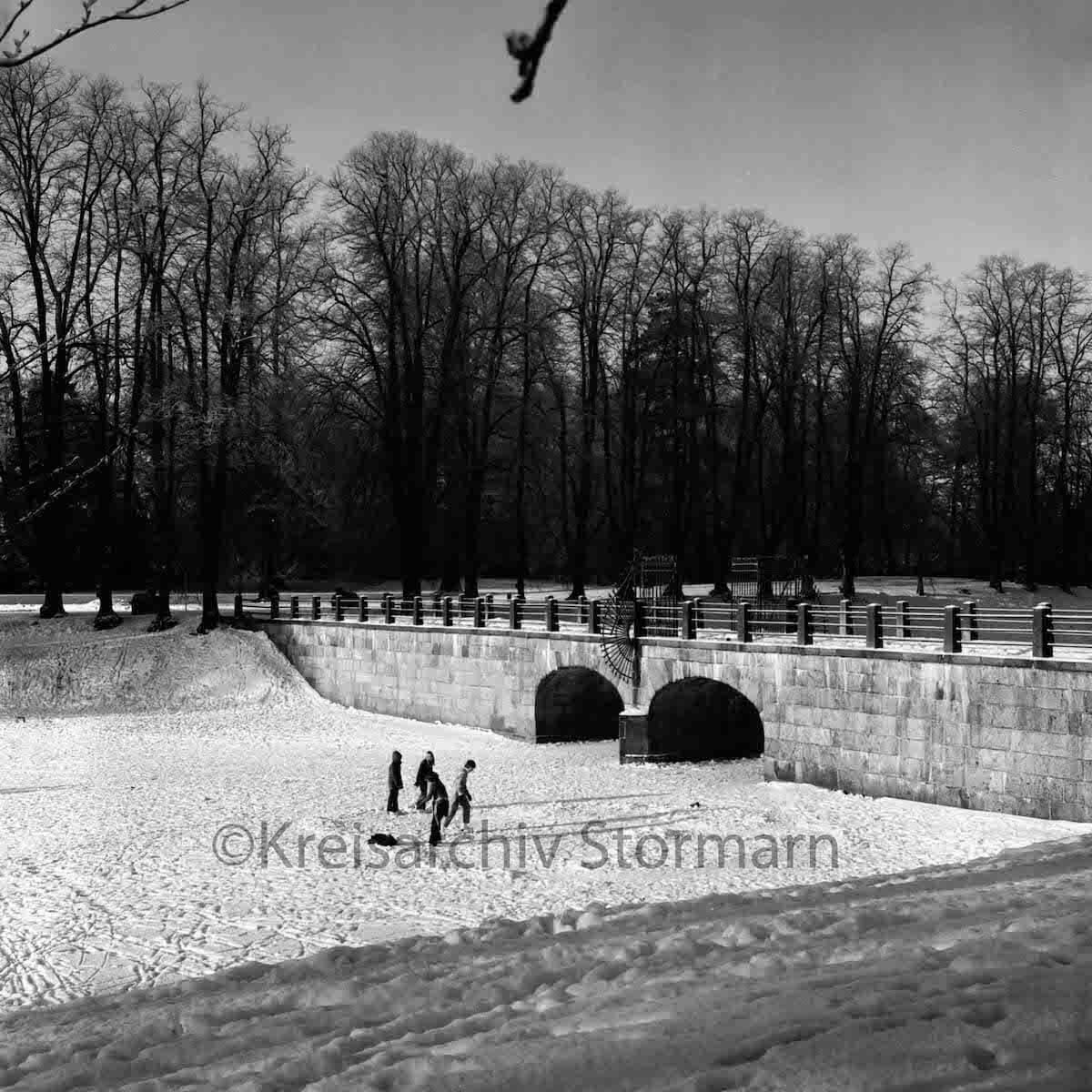 Kinder auf dem Schlossteich im Winter 1979 – Foto: Raimund Marfels / Kreisarchiv Stormarn