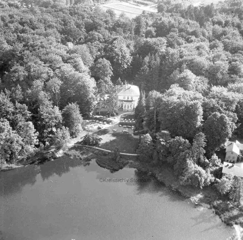 Der Park Manhagen im Jahr 1959 aus der Luft –Foto: Kreisarchiv Stormarn / Hamburger Aero Lloyd GmbH, Hamburg-Flughafen