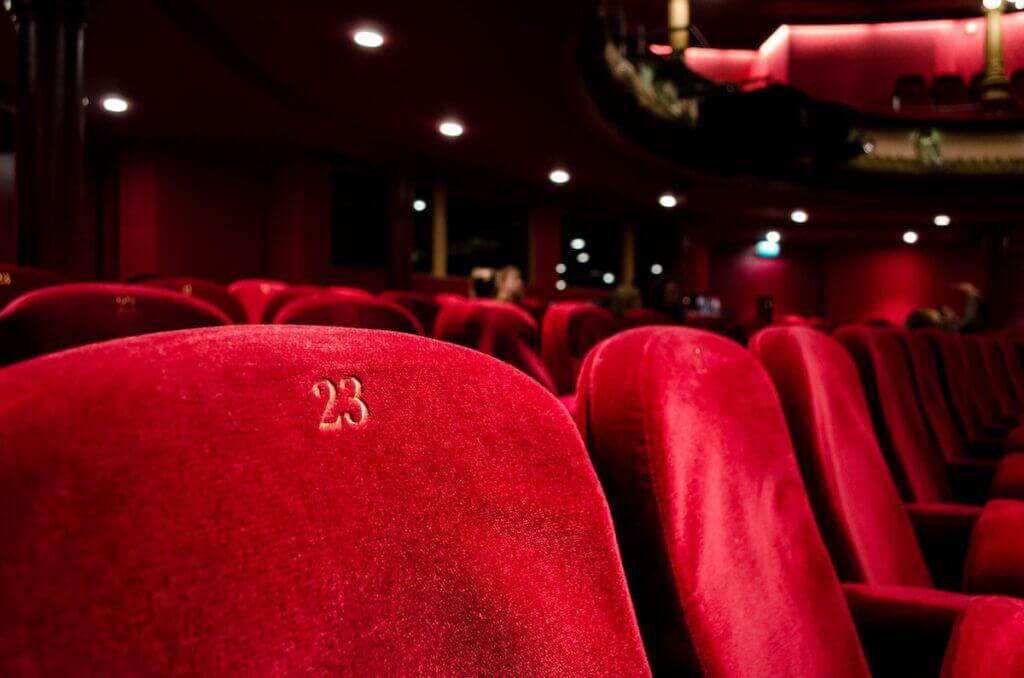 Kino-Stühle –Foto: Unsplash / kilyan-sockalingum