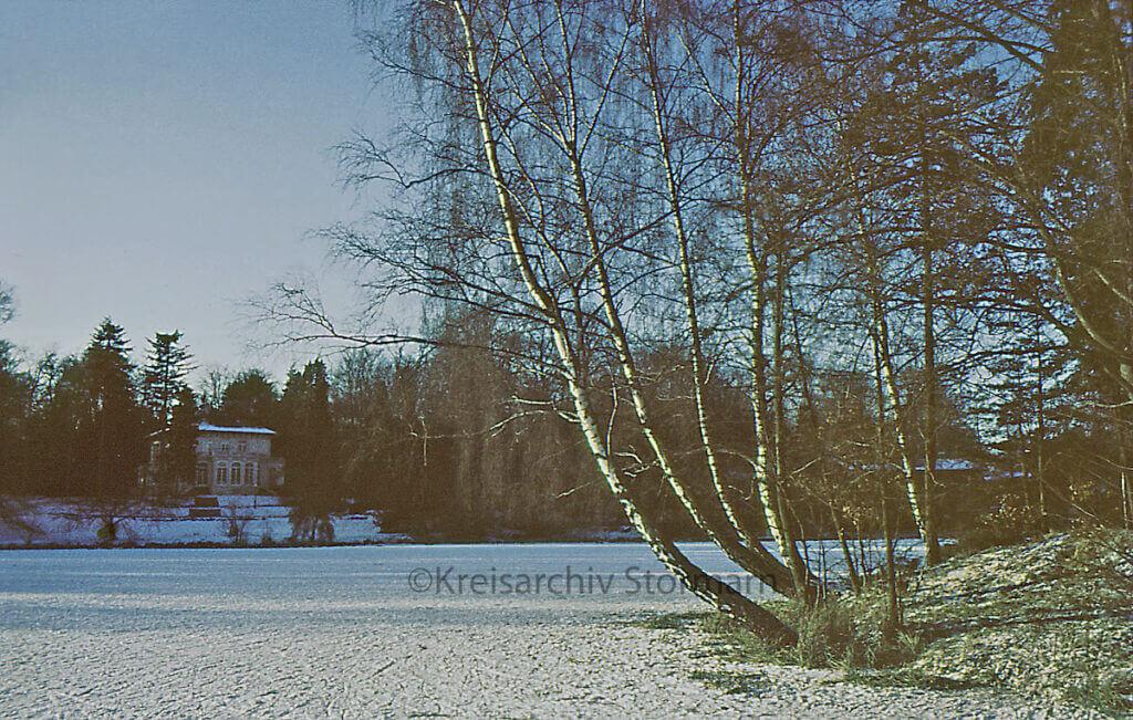 Der Park Manhagen im Winter 1970 mit dem ehemaligen Hotel –Foto: Kreisarchiv Stormarn / Heinrich Schultz