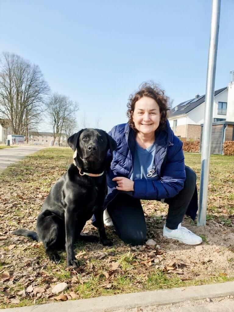 Labrador Luna beim Check der Hundewiese am Erlenhof in Ahrensburg – Foto: Judith Weyers