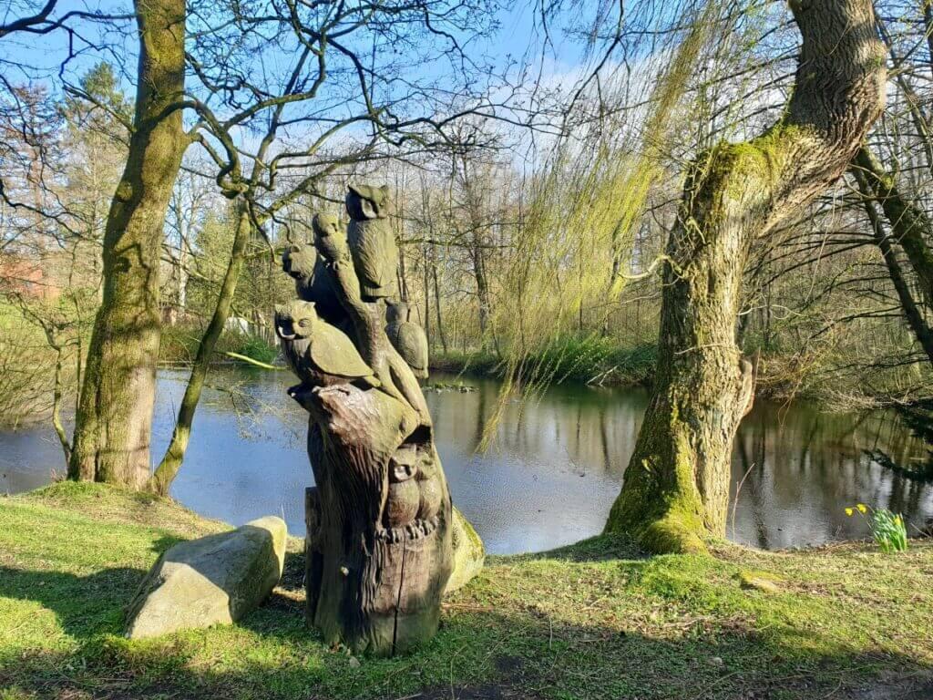 Eulen in einen Baum geschnitzt am Haus der Natur in Ahrensburg – Foto: Nicole Schmidt