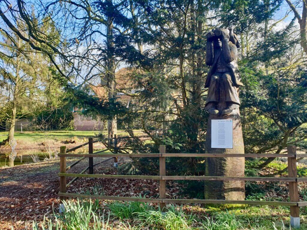 Holzfigur der Vogelwart im Park am Haus der Natur in Ahrensburg – Foto: Nicole Schmidt