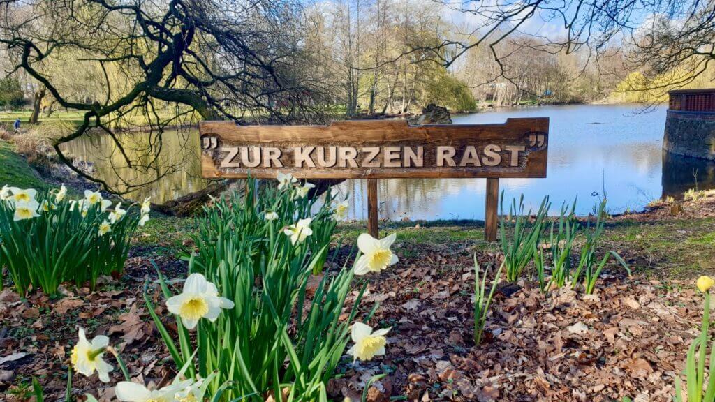 Schild: Zur kurzen Rast am Haus der Natur in Ahrensburg – Foto: Nicole Schmidt