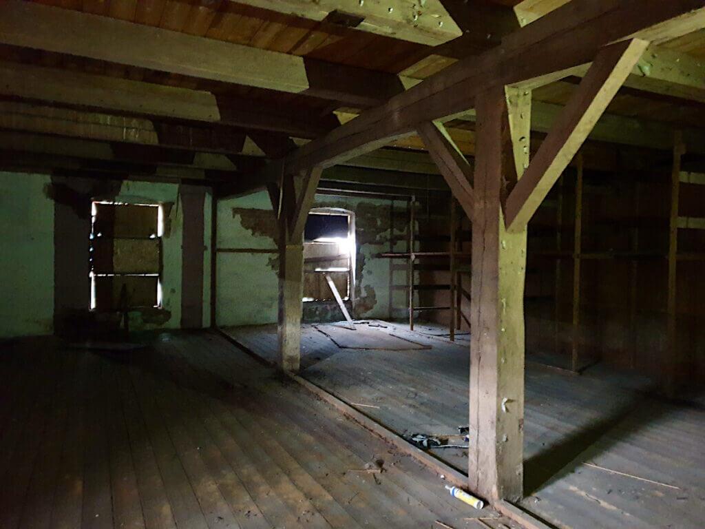 Alter Speicher in Ahrensburg, Holzpfeiler im 1. Stockwert – Foto: Nicole Schmidt