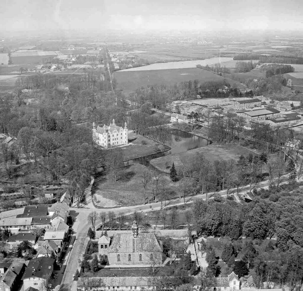 Schloss Ahrensburg und Umgebung aus der Luft, 1960 –